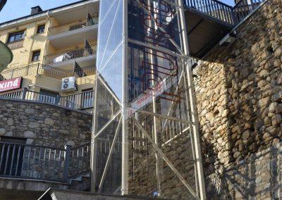 Vinil al lateral de l'estructura de vidre de l'instal·lació