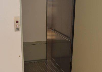 Interior de l'elevador per a persones de mobilitat reduïda