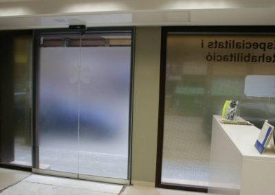 Vista interna porta automàtica instal·lat al Centre Mèdic Castelldefels