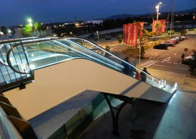 Vista nocturna de l'escala mecànica instal·lada