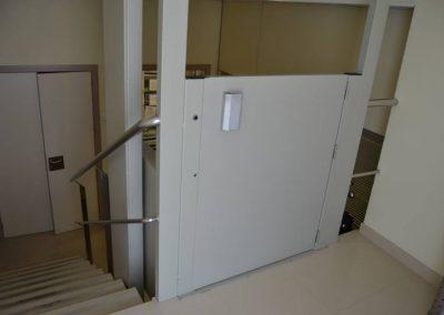 Vista posterior del puja-escales