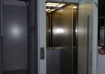 Barcelona, ascensor oleodinámico sin cuarto de maquinaria con estructura metálica